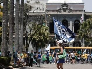 Eleitores de Aécio fazem fazem abraço simbólico na Praça da Liberdade.