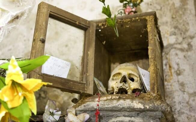 um dos muitos esqueletos encontrados na igreja de Santa Maira delle Anime dell Purgatorio