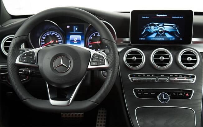 Mercedes-Benz C 300 Sport tem volante revestido de couro e uma vasta lista de equipamentos de série
