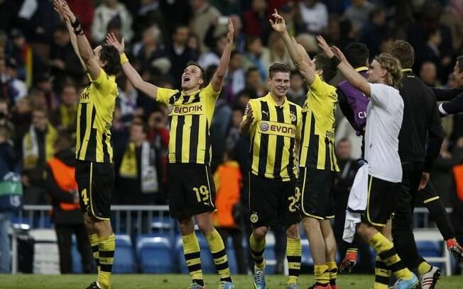 Jogadores do Borussia Dortmund comemoram a  classificação para a final da Liga dos Campeões,  mesmo com a derrota para o Real Madrid
