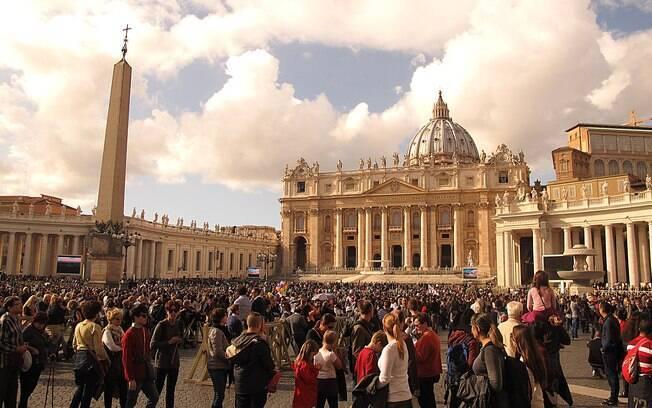 Vaticano é a sede da Igreja Católica e uma cidade-Estado cujo território está dentro da cidade de Roma, capital da Itália