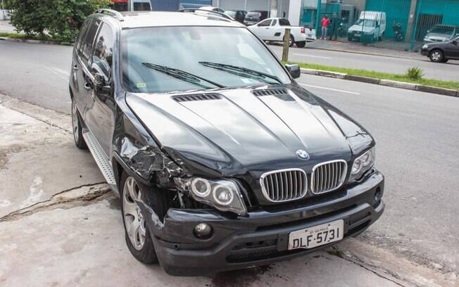 Carro do cantor Renner logo após a batida. Ninguém ficou ferido. Foto: Marco Ambrosio/AgNews