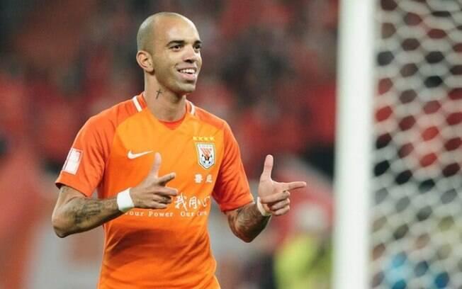 Diego Tardelli comemora gol pelo Shandong Luneng