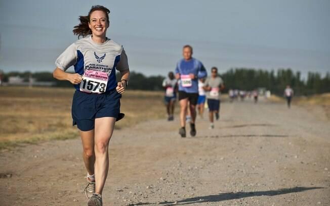 De acordo com especialistas, para quem quer começar a correr, o acompanhamento de um profissional de educação física é essencial porque, apesar de a atividade física parecer simples, exige técnica para evitar lesões e problemas no futuro