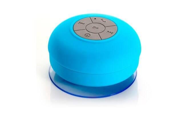 A caixa de som à prova d'água se conecta por bluetooth com o celular, que pode ficar longe do banheiro