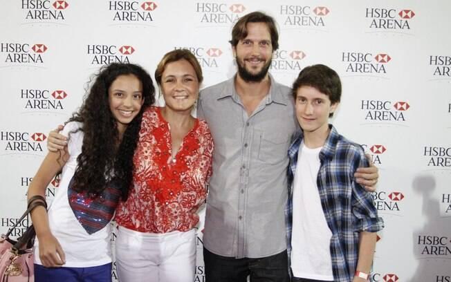Adriane Esteves e Vladimir Brichta com a família