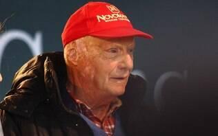 Bicampeão com a escuderia, Niki Lauda é homenageado pela Ferrari em museu