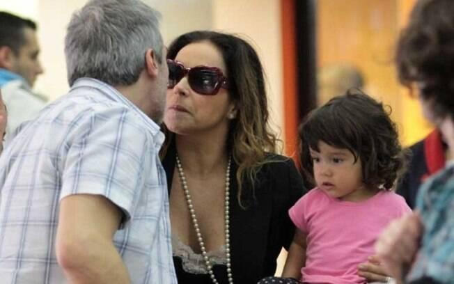 Daniela Mercury aparece pela primeira vez com a filha adotiva Ana Isabel