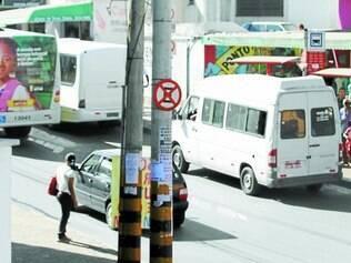 """'Nem aí'.  Com frequência, é possível flagrar vans """"fisgando"""" clientes em um ponto na rua Rio de Janeiros"""