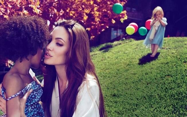 A atriz aparece em primeiro plano com a filha Zahara. Ao fundo Vivianne pode ser vista com os balões