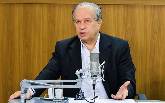 Ministro da Educação, Renato Janine Ribeiro, dá entrevista à programa de rádio