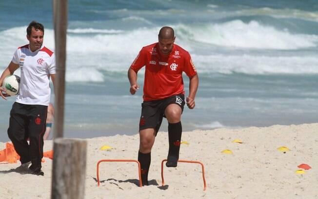 Mesmo com sol forte, Adriano trabalhou forte  ao lado de preparador físico do Flamengo nesta  sexta (31/8)