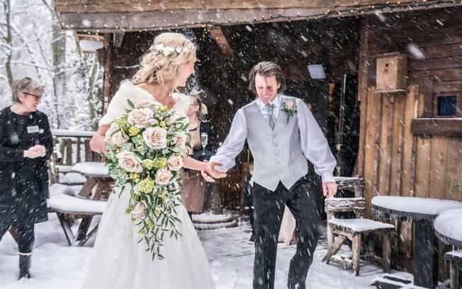 Após uma nevasca invadir a cerimônia, as fotos de casamento de Jemma e Steven ficaram dignas de um conto de fadas