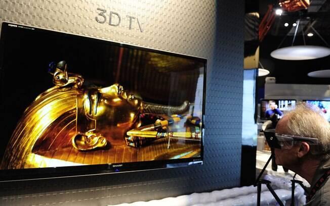 Visitante observa efeito 3D em TV da Sony, exposta durante a última edição da CES, em Las Vegas (EUA)