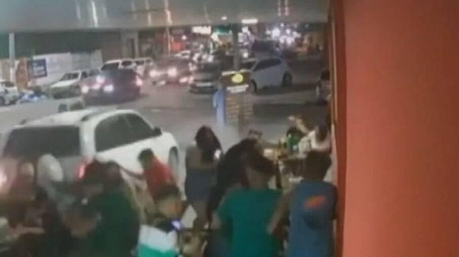 Motorista atropela pessoas em um bar na Bahia