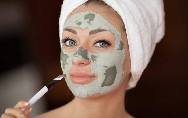 É necessário ficar umedecendo a máscara de argila para não deixar a pele ressecar? Dermatologista afirma que não é preciso
