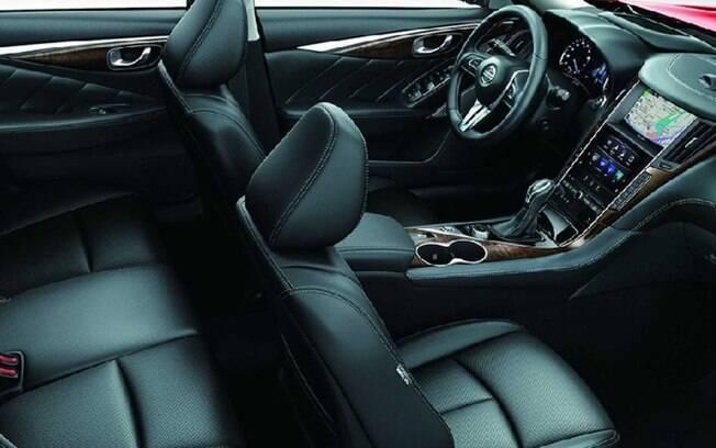 Interior luxuoso inclui GPS com tela de alta resolução, item que também usado como parâmetro do sistema semi-autônomo