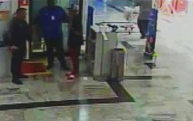 Câmeras de segurança do hipermercado Extra registraram início da confusão com jovem