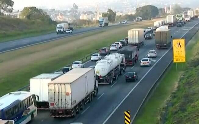 Batida entre dois caminhões gera congestionamento na Bandeirantes, em Campinas