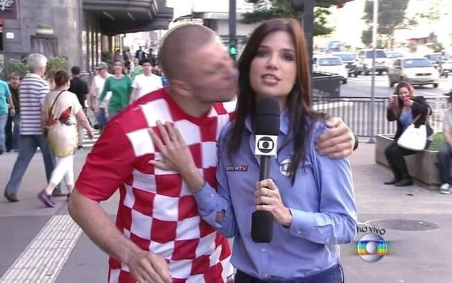 Durante a Copa do Mundo, um torcedor croata beijou a repórter da Globo quando ele falava ao vivo