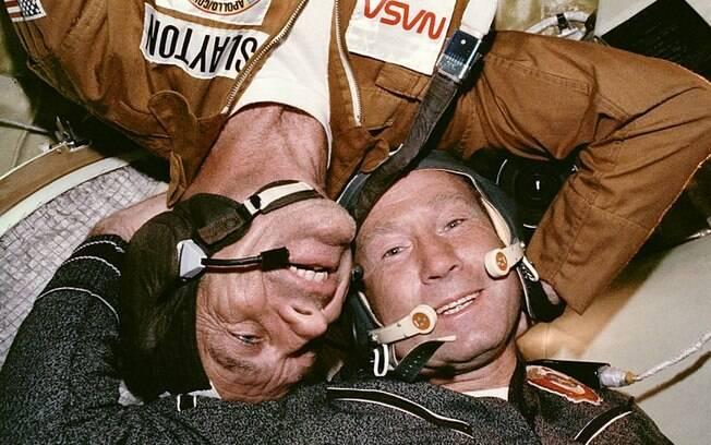 Os astronautas Deke Slayton (esquerda) e Alexei Leonov (esquerda).