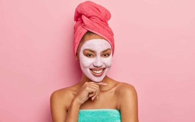 mulher com máscara facial