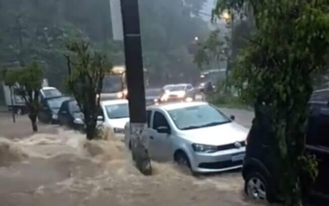 Rua inundada após chuva no Rio de Janeiro