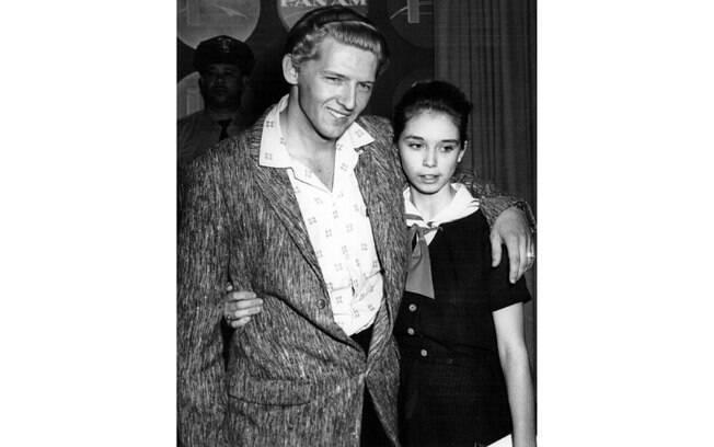 O cantor Jerry Lee Lewis (22) casou com a prima Myra (13) e teve dois filhos. O casal se divorciou em 1970. Foto: Reprodução/ Pinterest/ usatoday