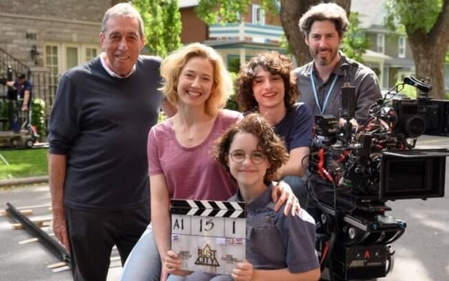Jason Reitman, na direita, com seu pai, Ivan Reitman, à esquerda, além de Carrie Coon, Mckenna Grace and Finn Wolfhard