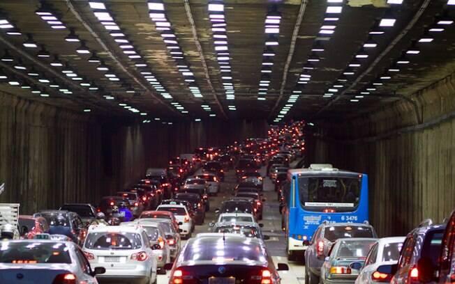Na capital paulista, vias mal conservadas, falta de planejamento urbano, entre outros fatores, causam  congestionamentos