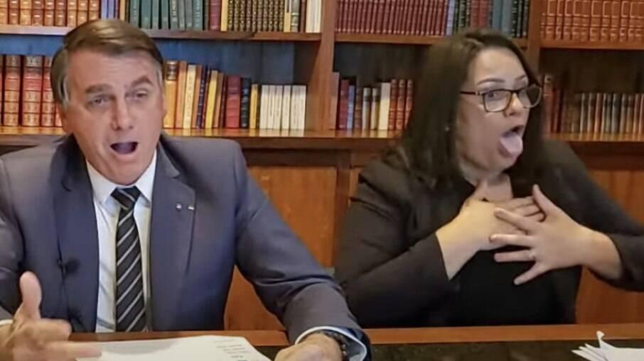 Bolsonaro novamente imita paciente com falta de ar durante live