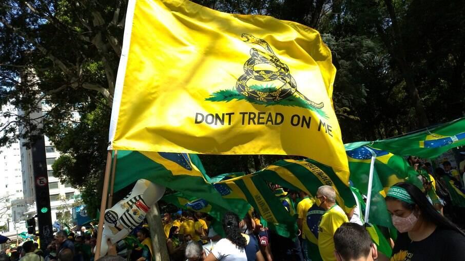 Bandeira de Gadsden nos atos do dia 7 de setembro
