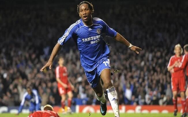 Didier Drogba em ação com a camisa do Chelsea contra o Liverpool