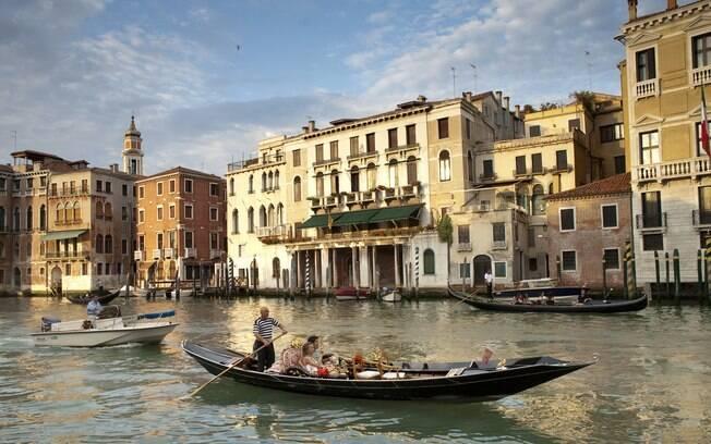 Passeio de gôndola pelos canais de Veneza é uma das atrações mais procuradas pelos casais