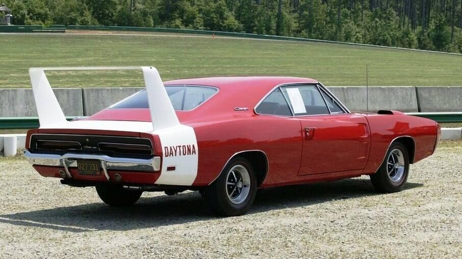 Dodge Daytona  é o clone do Plymouth Superbird, com aerofólio de mais de 1 metro de altura