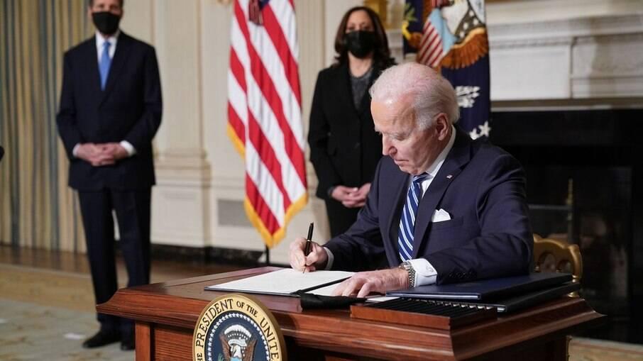 Presidente norte-americano Joe Biden assinando decretos
