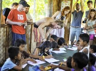 A Tao ajuda cada vilarejo com que trabalha nas ilhas, construindo escolas e pagando professores