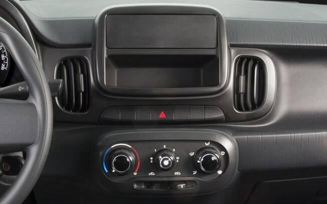 Modelos de entrada de carros como Fiat Mobi, Toyota Etios e Volkswagen Up ainda são vendido sem rádio
