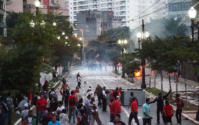 Após saírem do Flamengo, sem-teto tentam nova invasão e acampam em praça do RJ