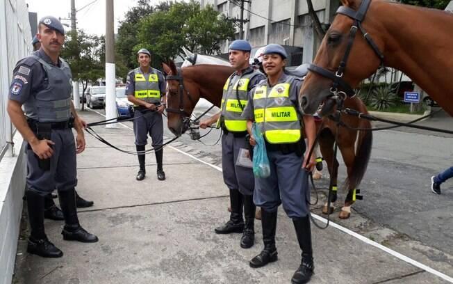 Cabo Valéria e sua equipe da Cavalaria da Polícia Militar