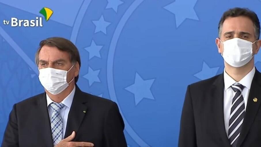 Bolsonaro participa de evento usando máscara