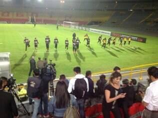 Atlético treina no campo do estádio El Campín antes de enfrentar o Santa Fe