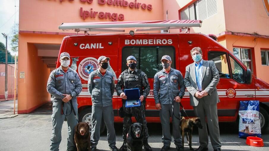 Membros da equipe do Corpo de Bombeiros de São Paulo