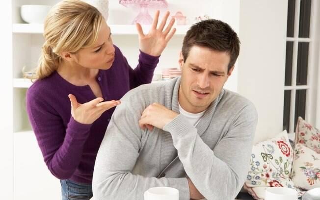 O problema não é discordar ou receber e fazer críticas, mas usar uma linguagem que mágoa o (a) parceiro (a) sem solucionar os problemas