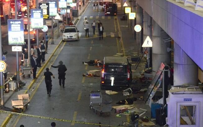 Pessoas feridas em meio à destruição na entrada do Aeroporto de Ataturk, em Istambul, na Turquia