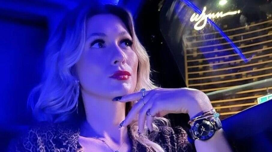 Lívia Andrade prova comida com ouro