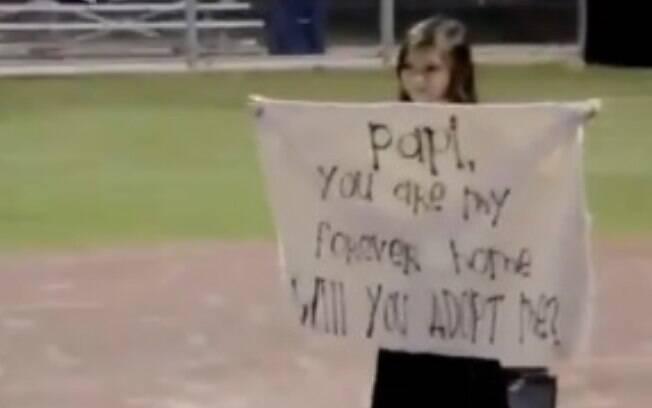 Alessandra, uma garotinha de 8 anos, dos Estados Unidos, fez um pedido de adoção emocionante para o seu padrasto