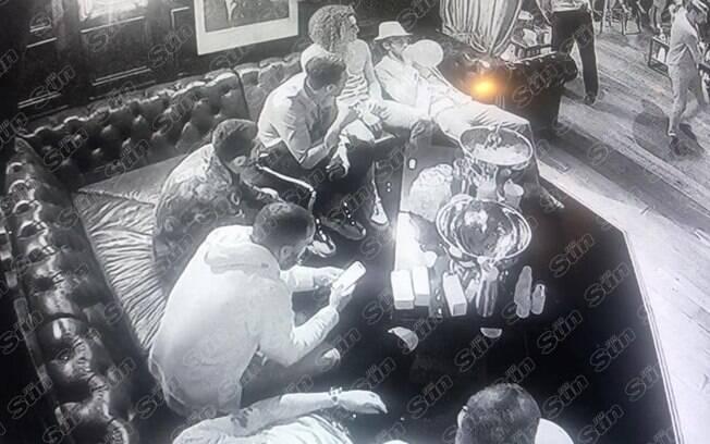 Jogadores do Arsenal inalando 'hippy crack' em boate