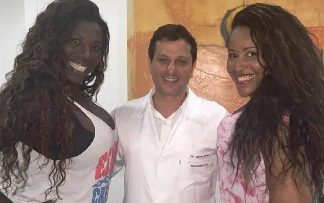 Doutor Claudio Ambrósio com as passistas da Grande Rio