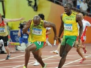 Asafa Powell, que foi envolvido em escândalos de doping recentemente, corre ao lado de Bolt